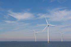Sikt av windturbines i den holländska Noordoostpolderen, Flevoland Royaltyfri Fotografi