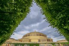 Sikt av Wroclawen, historisk arkitektur hundraårs- Hall, offentlig trädgård, Polen Arkivfoto