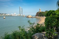 Sikt av Xiamen från den Gulangyu ön royaltyfri fotografi