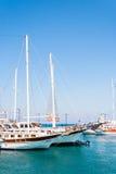 Sikt av yachter i den Kos staden, Kos ö, Grekland Royaltyfri Fotografi