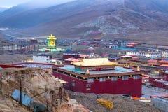Sikt av Yarchen Gar Monastery Arkivfoton