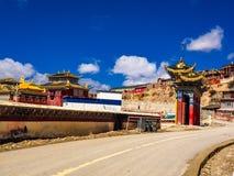 Sikt av Yarchen Gar Monastery Royaltyfri Foto