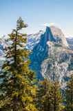Sikt av Yosemite den halva kupolen från glaciärpunkt Royaltyfri Fotografi