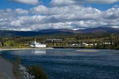 Sikt av Yukonet River och paddlewheeleren S S klondike Arkivbild