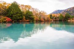 Sikt av Yuno sjön i höstsäsong på den Nikko nationalparken, Nikko arkivfoto
