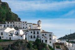 Sikt av Zahara de la Toppig bergskedja By fotografering för bildbyråer