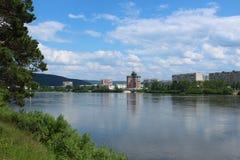 Sikt av Zelenogorsk från andra sidan av floden Kan Arkivbild
