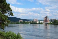 Sikt av Zelenogorsk från den annan invallningen av floden Kan, Krasnoyarsk region Arkivbild