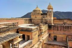 Sikt av zenanaen i den fjärde borggården av Amber Fort, Rajasthan, Arkivfoton
