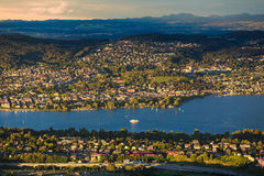 Sikt av Zurich cityscape och Zurich sjön från Uetliberg Fotografering för Bildbyråer