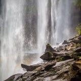 Sikt bakifrån en stillsam vattenfall av Huai Luang Waterfall Royaltyfria Bilder