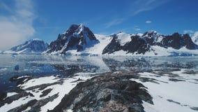 Sikt för återhållsamt landskap för Antarktis berg flyg- arkivfilmer