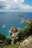 sikt för ö för cliffsidekustlinje grekisk Arkivfoton
