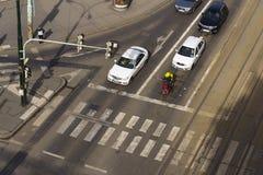 Sikt för öga för fågel` s av bilar och mopedbudbärarekorsningen genomskärning på mars 3, 2017 i Prague, Tjeckien Volkswagen unvei Arkivbilder