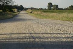 Sikt för ögonnivå av landsgrusvägen royaltyfri bild