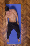 Sikt för abs för kropp för passform för ung man slank shirtless högstämd från sidan Arkivfoto