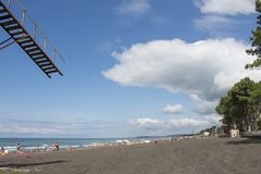 sikt för adriatic stranditaly hav Sätta på land liv, holidaymaker på stranden av bilden önskade suddigheten arkivbild