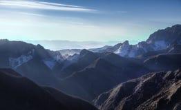 Sikt för Alpi Apuane berg- och marmorvillebråd på solnedgången Carrara, Royaltyfria Bilder