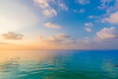 Sikt för avslappnande och lugna hav Öppen havvatten och solnedgånghimmel Stillsam naturbakgrund Oändlighetshavshorisont arkivbilder