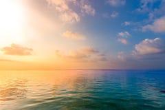 Sikt för avslappnande och lugna hav Öppen havvatten och solnedgånghimmel Stillsam naturbakgrund Oändlighetshavshorisont fotografering för bildbyråer