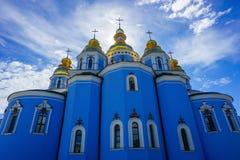 Sikt för baksida för Kiev St Michael guld- kupolformig klosterkyrka royaltyfria bilder