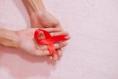 Sikt för band för cancermedvetenhethand bästa, tappningbildstil att donera sjukvårdbegrepp royaltyfri foto