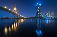 Sikt för Bangkok cityscapeflod med den Bhumibol bron på twiligh royaltyfria bilder