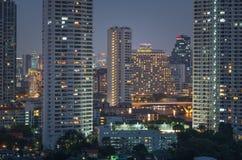 Sikt för Bangkok cityscapeflod på skymningtid Royaltyfria Bilder
