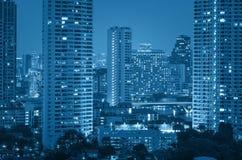Sikt för Bangkok cityscapeflod på skymningtid Arkivbilder