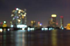 Sikt för Bangkok cityscapeflod på skymningtid, suddig fotobok Fotografering för Bildbyråer
