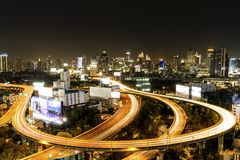 Sikt för Bangkok stadsnatt med den höga vägen för huvudsaklig trafik Arkivbild