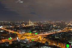 Sikt för Bangkok stadsnatt med huvudsaklig trafik royaltyfri fotografi