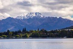 Sikt för berg för sjöWanaka snö, Nya Zeeland Royaltyfri Foto