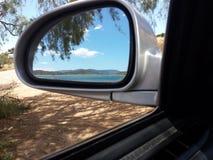 Sikt för bilspegel av havet Royaltyfri Bild