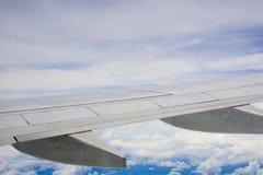 Sikt för blå himmel över vingen av nivån Royaltyfri Fotografi