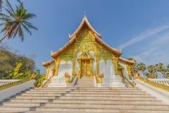 Sikt för blå himmel med det nationella museet för louangprabang Royaltyfri Fotografi