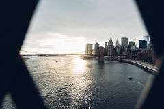 Sikt för Brooklyn bro från den Manhattan bron i New York royaltyfri fotografi