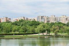 Sikt för Bucharest kommunistisk flerfamiljshushorisont royaltyfria foton