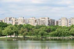 Sikt för Bucharest kommunistisk flerfamiljshushorisont Arkivbilder