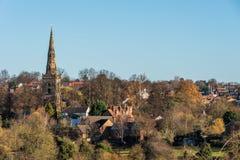 Sikt för bygdLanscape kyrka i Förenade kungariket royaltyfria foton