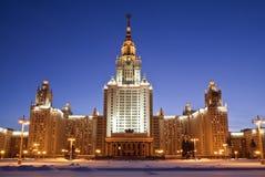 sikt för byggnadsaftonmoscow russia universitetar moscow Arkivfoton