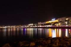 Sikt för Cannes strandnatt, Frankrike Arkivbild