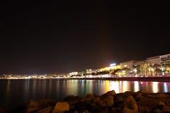 Sikt för Cannes strandnatt, Frankrike Royaltyfri Foto