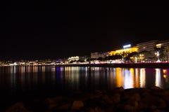 Sikt för Cannes strandnatt, Frankrike Arkivfoto