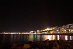 Sikt för Cannes strandnatt, Frankrike Arkivbilder