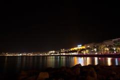 Sikt för Cannes strandnatt, Frankrike Royaltyfria Bilder