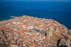 Sikt för Cefalu gammal stadtak och havet Arkivfoton