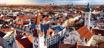 Sikt för cityscape för Munich mitt panorama- med det gamla stadshuset och Heiliggeistkirche arkivfoton