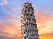 Sikt för detalj för slut Pisa för lutande torn övre på solnedgången arkivbild
