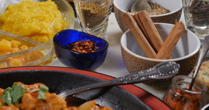 Sikt för dockapush ut av en feg tikkamasala med indiska kryddor arkivfilmer
